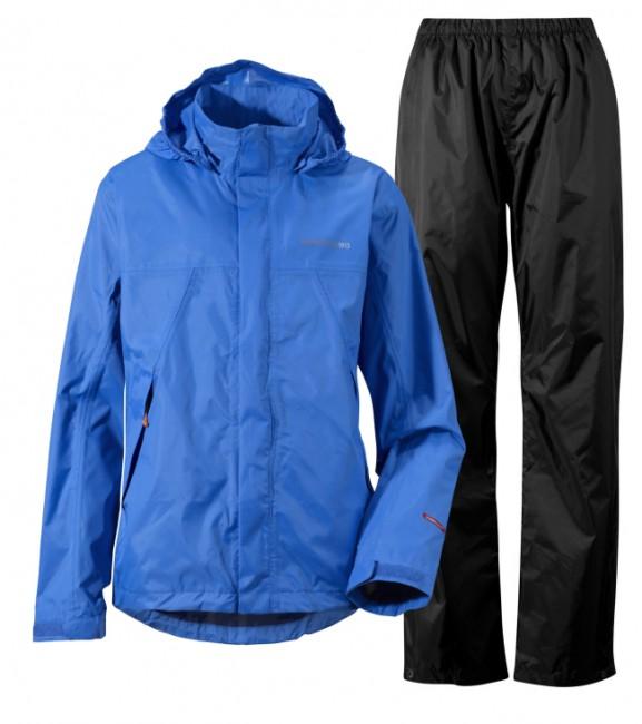 Komfortabelt sæt til drenge i vind- og vandtætte materialer med god åndbarhed, hvilket gør, at du holdes tør og varm på kroppen. Jakken har en hellang lynlås med beskyttelsesflap, en justerbar hætte og 2 lommer med lynlås lukning. Bukserne har elastik i taljen og buksebenene kan justeres for neden.Der medfølger opbevaringspose, således at sættet kan pakkes sammen og ligge i f.eks. rygsækken når det ikke regner. Materiale: Ydermateriale: 100% polyesterFor: TaffetaSættet er fremstillet i et let materiale, som giver en rigtig god bevægelsesfrihed. Alle syninger og sømme er tapede, for maksimal vandtæthed. Funktioner :Vandtæthed 8.000 mm/5.000 mm efter 3 gange vask)(vandsøjletryk)Åndbarhed 4.000g/m²/24hWater Repellent finishBørnestørrelser - angivet som højde i cm.