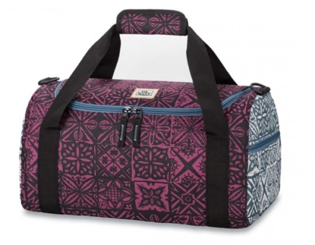 Dakine Womens EQ 31L sportstaske giver dig masse af plads til de nødvendige ting til træningsaftenen, til håndbagagen i flyet, eller tøj til en enkelt overnatning. Materiale: 600D PolyesterFarve: SiennaLynlåslomme på endenU-formet åbning, der giver god adgang til taskens indholdAftagelig polstret skulderrem.Volumen: 31 literMål: 48 x 25 x 28 cm Vægt: 0.5kg