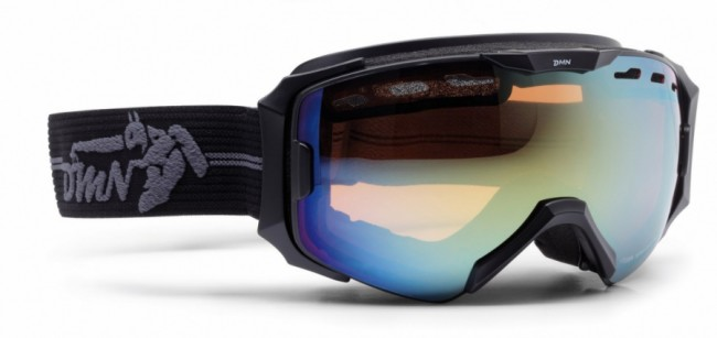 Skibriller med stort synsfelt i lækker kvalitet fra Demon Occhiali, som fås i flere farver.Linse med god ventilation og naturligvis antidugbehandling. God placering af remmen som sidder langt fremme på brillens ramme og gør brillen særdeles velegnet sammen med hjelm.Gogglen kommer med en Orange Silver Mirror linse (Kategori 2), som er en super allround-linse i alt fra snevejr til solskin.Fakta:100% UV-beskyttelse. Ventileret linse og ventileret ramme. Hjelmkompatibel. Anti-dug behandlet Sfærisk dobbelt linse. Lækkert italiensk designItalienske Demon er blandt vor mest populære mærker af skibriller og det er ikke uden grund. Brillerne er af særdeles høj kvalitet i forhold til prisen og i november 2012 var Demon også vinderen af 24 timers test af skibriller, med prædikatet