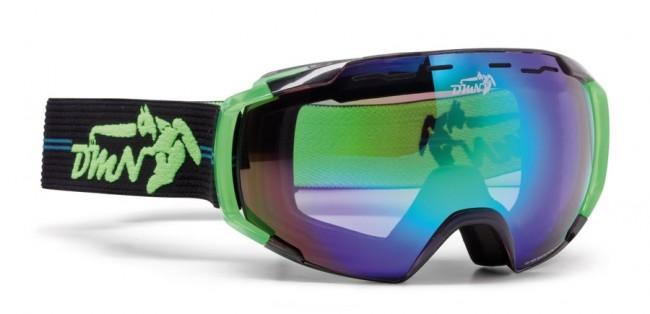 Skibriller med stort synsfelt i lækker kvalitet fra Demon Occhiali, som fås i flere farver.Linse med god ventilation og naturligvis antidugbehandling. God placering af remmen som sidder langt fremme på brillens ramme og gør brillen særdeles velegnet sammen med hjelm.Gogglen kommer med en Smoke Green Revo Mirror linse (Kategori 3), som er en super linse i solskin og let overskyet vejr.Fakta:100% UV-beskyttelse. Ventileret linse og ventileret ramme. Hjelmkompatibel. Anti-dug behandlet Sfærisk dobbelt linse. Lækkert italiensk designItalienske Demon er blandt vor mest populære mærker af skibriller og det er ikke uden grund. Brillerne er af særdeles høj kvalitet i forhold til prisen og i november 2012 var Demon også vinderen af 24 timers test af skibriller, med prædikatet