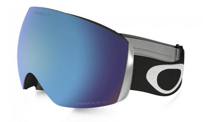 Ramme farve: Matte BlackLinse: Prizm Sapphire IridiumFlight Deck modellen er i et lækkert design med stort linseareal, og har dermed et stort og bredt synsfelt. Her med PRIZM linse, som er en helt ny linse baseret på årtiers farveforskning. Med Prizm linsen får du en bedre lys transmission, hvilket giver maksimal kontrastgengivelse.Dug forebyggende med dobbelte linser med god ventilation og Oakleys førende F3 behandling på den inderste linse som modvirker dug.Lækkert tre-lags fleece polstring.Naturligvis hjelm kompatibel og 100 % UV-beskyttende.