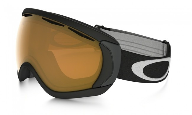 Ramme farve: Matte BlackLinse: Persimmon.Oakley Canopy modellerne i skibriller er beregnet til dem der er nødt til at have briller på når de står på ski. Med andre ord en såkaldt OTG skibrille til brillebrugere. Canopy modellen er i et lækkert design med stort linseareal, og har dermed et stort og bredt synsfelt.Oakley Canopy er konstrueret således at skibrillen nemt går ud over dine almindelige briller uden at virke generende. Oakley Canopy er godt udstyret med rigelig ventilation så du undgår dug på både skibrillen og de almindelige briller.Rammen er fremstillet i det flexible og komfortable O Matter materiale.100% UV beskyttelse.