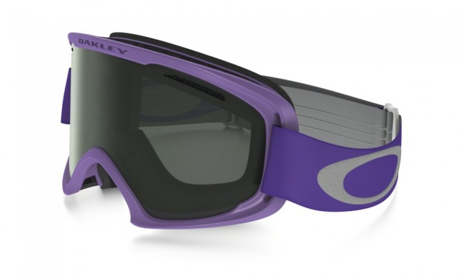 Lækker skigoggle fra Oakley, med høj grad af komfort, der gør skibrillen bekvem at bruge, selv på lange skidage. O2 XM modellen er først og fremmest beregnet til mellemstore ansigter. Selv om der er tale om en lidt mindre skibrille, har den fortsat et fantastisk synsfelt.Dobbeltventileret linse.Lækkert 3-lags fleece polstring.F2 anti-dug coatning.35 mm strop med silikone, får brillen til at sidde fast.Naturligvis hjelm kompatibel og 100 % UV-beskyttende.Med Dark Grey linse.