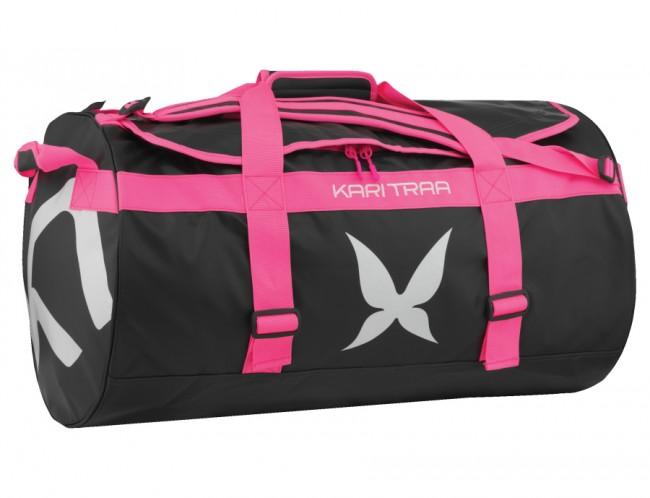Kari Traa Kari 90L Bag er en rummelig, slidstærk og minimalistisk sportstaske bygget til at bære alle dine ejendele, når du rejser i verden. Tasken er fremstillet i robuste og vandafvisende materialer.Den har flere håndtag og unikke skulderstropper, der gør at den kan bæres som en rygsæk. Så put dit grej i tasken og kom afsted.Kvalitet: 100% PVC Må ikke vaskesVolume: 90L