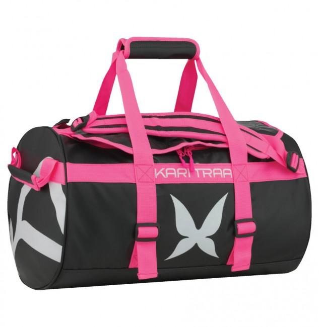 Kari Traa Kari 30L Bag er en rummelig, slidstærk og minimalistisk sportstaske bygget til at bære alle dine ejendele, når du rejser i verden eller når du skal dyrke sport. Tasken er fremstillet i robuste og vandafvisende materialer.Den har flere håndtag og unikke skulderstropper, der gør at den kan bæres som en rygsæk. Så put dit grej i tasken og kom afsted.Specifikationer og featuresMå ikke vaskesVolume: 30LTaskens mål:Diameter: 30cmLængde: 50cmMaterialer95 % PVC 5 % Polyester