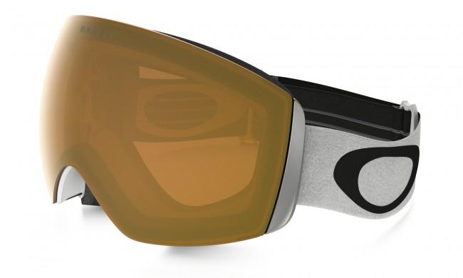 Ramme farve: Matte WhiteLinse: PersimmonFlight Deck modellen er i et lækkert design med stort linseareal, og har dermed et stort og bredt synsfelt.Dug forebyggende med dobbelte linser med god ventilation og Oakleys førende F3 behandling på den inderste linse som modvirker dug.Lækkert tre-lags fleece polstring.Naturligvis hjelm kompatibel og 100 % UV-beskyttende.