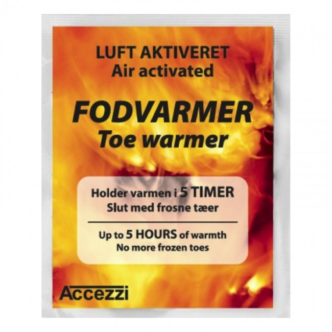 OBS. Der er 2 i hver enkelt pakke, der kommer derfor 100 poser med 2 stk. i hver.Fodvarmeren er nem og praktisk til at have med i lommen og tage i brug hvis det bliver koldt for fødderne. Ikke større end du kan have den inde i støvlen under skiløb eller når du holder pause.Nu i en ny og forbedret udgave.Holder varmen i op til 5 timer.Fodvarmeren er en engangsfodvarmer. Varmen opstår automatisk i forbindelse med at man åbner pakningen og der kommer luft til.Også oplagt til fisketuren, golfsæsonen, tur på stadion og meget meget mere.Der er ikke noget der løfter humøret hos børn med frosne tæer som en fodvarmer.Prisen er for100 sæt med to stk.Fodvarmeren måler: 7.0 cm x 10.2 cm