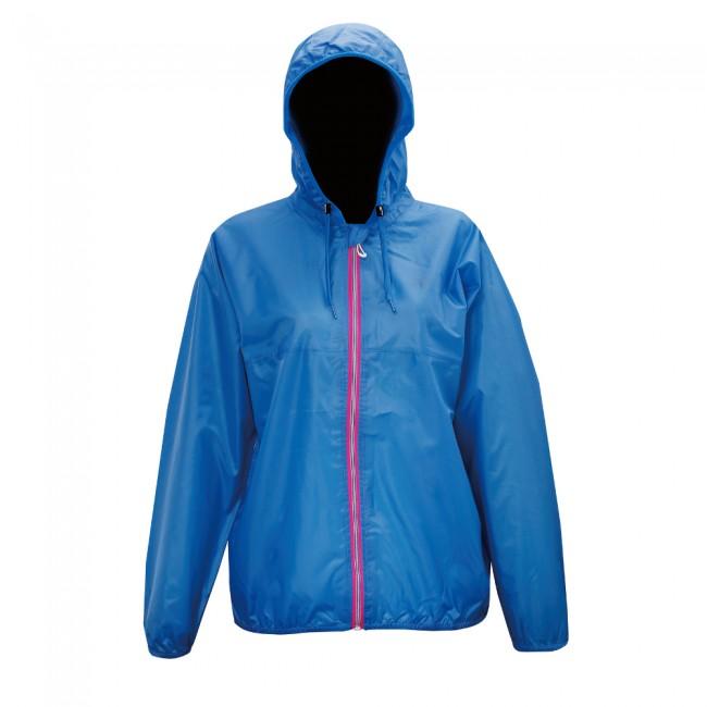 2117 of Sweden Viared jakke er en vind- og vandtæt regnjakke til kvinder. Den har en høj åndbarhed, hvilket gør, at kroppen holdes tør og varm.Jakken kan nemt og hurtigt pakkes sammen, og ligges i den skjulte ryglomme. I lommen er der indbygget elastikbånd, så når jakken er pakket sammen, kan den bæres som bæltetaske. Den er fremstillet i et let materiale, som giver en god bevægelsesfrihed. Alle syninger og sømme er tapede for maksimal vandtæthedSpecifikationer og features:Vandtæthed 5.000 mm (vandsøjletryk)Åndbarhed 5.000 g/m2 24 timerTritech coatningBeskyttelsesflapJusterbar hætteMateriale: Ydermateriale: 100% polyester