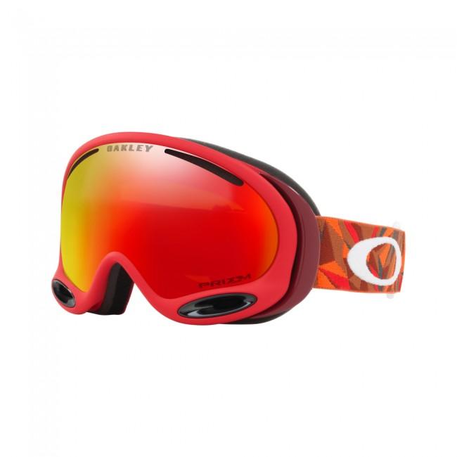 Brillen kommer med en PRIZM linse, som er en helt ny linse baseret på årtiers farveforskning. Med PRIZM linsen får du en bedre lystransmission, hvilket giver maksimal kontrastgengivelse, og dermed hjælper dig med at se konturerne i sneen i både solskin og snevejr. Dette giver dig de optimale forudsætninger for at køre godt på ski i det meste vejr.Linsen er en dugforebyggende dobbeltlinse med god ventilation og Oakleys førende F3 behandling på den inderste linse, som modvirker dug.God tre-lags fleece polstring giver et behageligt fit og modvirker at brillen bliver klam og våd efter en lang dags skiløb.Skibrillen er naturligvis hjelmkompatibel og yder 100% UV-beskyttelse.Brillen kommer med en PRIZM Torch Iridium linse, som fungerer godt i solskin såvel som i let snevejr.