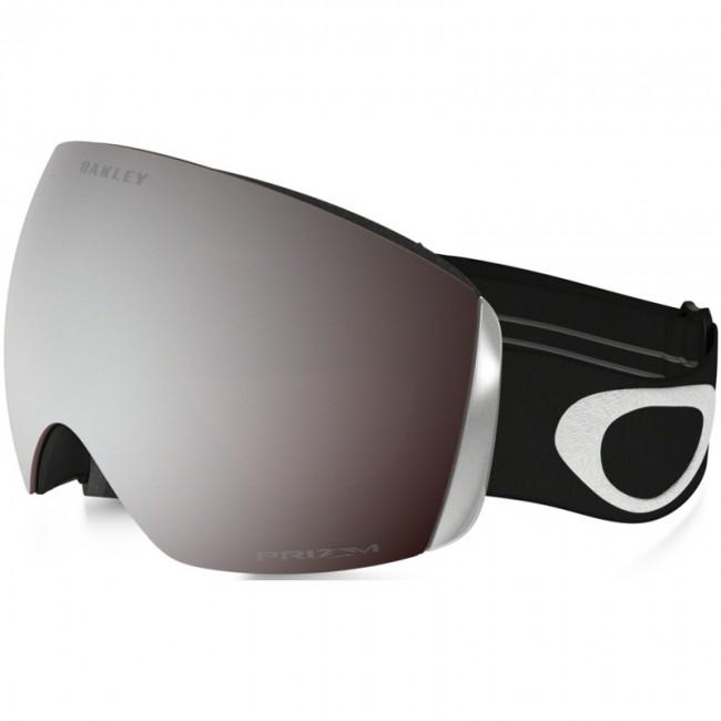 Oakley Flight Deck er en topskibrille i et moderne, rammeløst design oprindeligt inspireret af visiret på jagerpiloters hjelme. Skibrillen har et enormt linseareal og dermed også et stort perifært udsyn, både horisontalt og vertikalt. Denne skigoggle kommer med en PRIZM linse, som er en helt ny linse baseret på årtiers farveforskning. Med PRIZM linsen får du en bedre lystransmission, hvilket giver maksimal kontrastgengivelse, og dermed hjælper dig med at se konturerne i sneen i både solskin og snevejr. Dette giver dig de optimale forudsætninger for at køre godt på ski i det meste vejr.Linsen er en dugforebyggende dobbeltlinse med god ventilation og Oakleys førende F3 behandling på den inderste linse, som modvirker dug. Skibrillen er naturligvis kompatibel med langt de fleste skihjelme.Skibrillen kommer med en PRIZM Black Iridium linse, der er fantastisk i solskin. Det er muligt at købe nye linser til skibrillen, og det er nemt at udskifte dem, hvis man ønsker det.