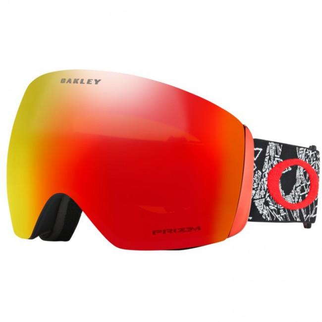 Oakley Flight Deck er en topskibrille i et moderne, rammeløst design oprindeligt inspireret af visiret på jagerpiloters hjelme. Skibrillen har et enormt linseareal og dermed også et stort perifært udsyn, både horisontalt og vertikalt. Denne skigoggle kommer med en PRIZM linse, som er en helt ny linse baseret på årtiers farveforskning. Med PRIZM linsen får du en bedre lystransmission, hvilket giver maksimal kontrastgengivelse, og dermed hjælper dig med at se konturerne i sneen i både solskin og snevejr. Dette giver dig de optimale forudsætninger for at køre godt på ski i det meste vejr.Linsen er en dugforebyggende dobbeltlinse med god ventilation og Oakleys førende F3 behandling på den inderste linse, som modvirker dug. Skibrillen er naturligvis kompatibel med langt de fleste skihjelme.Brillen kommer med en PRIZM Torch Iridium linse, som især er god i solskin og overskyet vejr. Det er muligt at købe nye linser til skibrillen, og det er nemt at udskifte dem, hvis man ønsker det.Bemærk, a