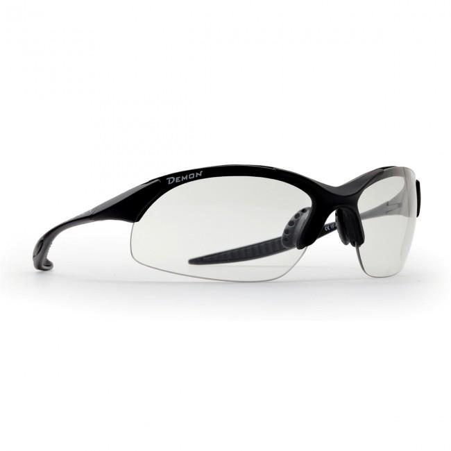 Solbriller i lækker kvalitet fra italienske Demon Occhiali.Linse tone: Photochromatic Smoke (Clear).TR90 letvægtsramme - 20% lettere end traditionel plastic.Den fotokromiske linser i model 832 giver 100% beskyttelse mod UV-stråler, og et perfekt udsyn gennem de decentrerede og anti-rids behandlede polycarbonat linser. Det ultra lette elastiske materiale rammen er fremstillet i, kombineret med næsepuder og stænger blødt skridsikkert antiallergi gummi, betyder en enestående komfort, dagen lang.Fotokromiske linser er linser, som udfører en reversibel kemisk reaktion, som får dem til at blive mørkere, når de udsættes for UV-stråling eller sollys i almindelighed. Når lyset forsvinder eller bliver svagere vender linserne tilbage til deres oprindelige transparente farve. Processen tager få sekunder.De fotokromiske linser er fremstillet i polycarbonat, decentrerede, optisk korrekte og yder 100% UV beskyttelse.Denne linse starter ved kategori 1 og opnår kategori 3, når den udsættes for sollys..