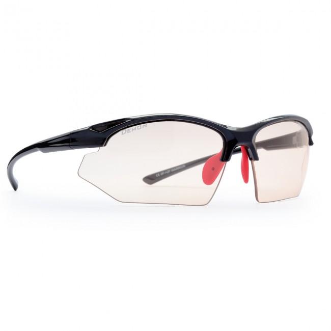 Solbriller i lækker kvalitet fra italienske Demon Occhiali.Linse: Fotokromisk (Smoke/Clear)TR90 letvægtsramme - 20% lettere end traditionel plastic.De fotokromiske polycarbonat linser skifter selv tone i forhold til mængden af ultraviolet lys der rammer brillerne. Brillerne er ultralette og komfortable, og sidder perfekt på ansigtet, blandt andet takket være de justerbare næsehvilere. Fremragende solbriller til cykling, men også ideelle til løb og anden sport.Solbriller med fotokromiske linser egner sig derimod IKKE til bilkørsel.Bredde mellem stænger (se illustration under billeder): 13,0 cm