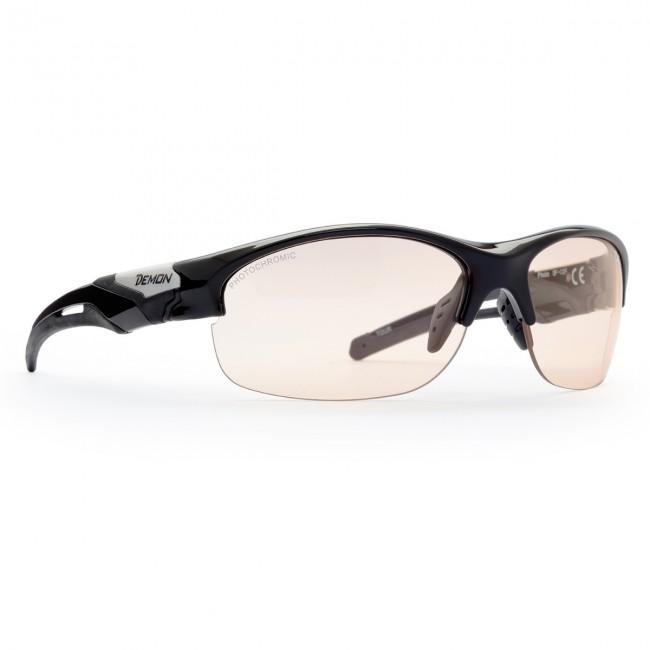 Solbriller i lækker kvalitet fra italienske Demon Occhiali.Linse: Photochromatic smoke. 100% UV-beskyttelse.TR90 letvægtsramme - 20% lettere end traditionel plastic.De photochromatiske polycarbonat linser skifter selv tone i forhold til mængden af ultraviolet lys der rammer brillerne. Også perfekte til andet end skiløb.Bredde mellem stænger (se illu. under billeder): 13,0 cm
