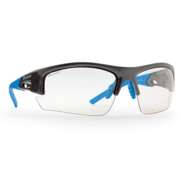 Solbriller i lækker kvalitet fra italienske Demon Occhiali.Linse: Photochromatic clear. 100% UV-beskyttelse.TR90 letvægtsramme - 20% lettere end traditionel plastic.De photochromatiske polycarbonat linser skifter selv tone i forhold til mængden af ultraviolet lys der rammer brillerne. Der er justerbare næsepuder, og enderne på stængerne kan justeres (bøjes) for optimal pasform.Sportssolbriller der er perfekte både skiløb til andre former for sport.Bredde mellem stænger (se illu. under billeder): 13,5 cm