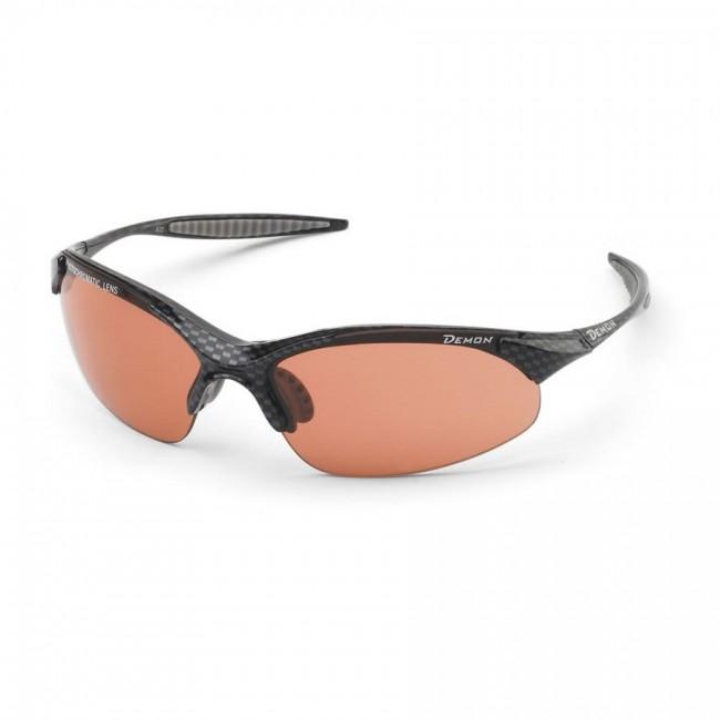 Solbriller i lækker kvalitet fra italienske Demon Occhiali.Linse tone: Photochromatic pink.TR90 letvægtsramme - 20% lettere end traditionel plastic.Den fotokromiske linser i model 832 giver 100% beskyttelse mod UV-stråler, og et perfekt udsyn gennem de decentrerede og anti-rids behandlede polycarbonat linser. Det ultra lette elastiske materiale rammen er fremstillet i, kombineret med næsepuder og stænger blødt skridsikkert antiallergi gummi, betyder en enestående komfort, dagen lang.Fotokromiske linser er linser, som udfører en reversibel kemisk reaktion, som får dem til at blive mørkere, når de udsættes for UV-stråling eller sollys i almindelighed. Når lyset forsvinder eller bliver svagere vender linserne tilbage til deres oprindelige transparente farve. Processen tager få sekunder.De fotokromiske linser er fremstillet i polycarbonat, decentrerede, optisk korrekte og yder 100% UV beskyttelse.Denne linse starter ved kategori 2 og opnår kategori 3, når den udsættes for sollys..Ramme bre