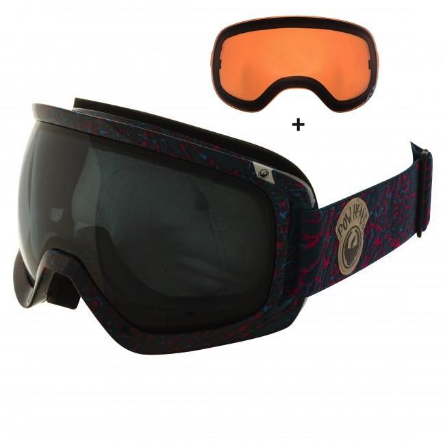 Dragon D3 er en skigoggle i et klassisk design. Brillen har en holdbar ramme, tre lag skum med microfleece lining mod ansigtet og justerbare hængsler som sikrer en behagelig pasform. Der er både ventilation og belægning på linserne, til at sørge for at brillen aldrig dugger til. Brillen er naturligvis hjelmkompatibel.Brillen kommer med en Dark Smoke linse til solskinsvejr og en Amber linse til snevejr - så er du dækket ind. De store sfæriske linser sikrer maksimalt perifært udsyn i alle retninger. Linserne er 100% UV-beskyttende og belagt med anti-fog belægning på indersiden, så brillen aldrig dugger til.