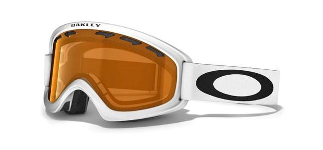 Lækker skigoggle fra Oakley, med høj grad af komfort, der gør skibrillen bekvem at bruge, selv på lange skidage. O2 XS modellen er først og fremmest beregnet til små ansigter, f.eks. børn og unge. Selv om der er tale om en lidt mindre skibrille, har den fortsat et fantastisk synsfelt.Dobbeltventileret linse.Lækkert 3-lags fleece polstring.F2 anti-dug coatning.35 mm strop med silikone, får brillen til at sidde fast.Naturligvis hjelm kompatibel og 100 % UV-beskyttende.Med Persimmon linse.