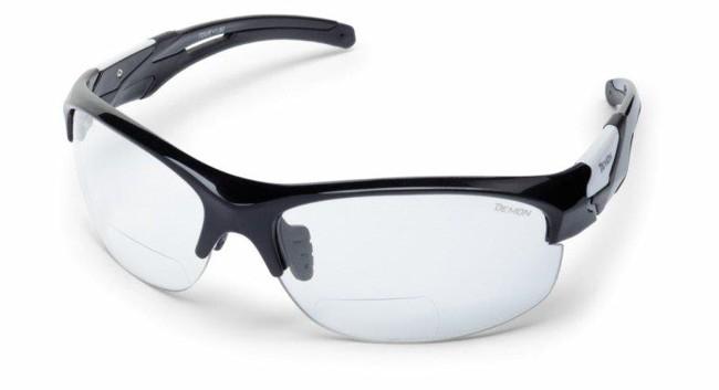 Sportssolbriller med smart læsefelt, i lækker kvalitet fra italienske Demon Occhiali.TR90 letvægtsramme - 20% lettere end traditionel plastic.Solbrillerne leveres med Fotokromiske linser der er forsynet med læsefelt, således at du både kan se ud, og læse din cykelcomputer eller GPS samtidig, hvis du er en smule langsynet.De fotokromiske polycarbonat linser skifter selv farvetone i forhold til mængden af ultraviolette stråler der rammer brillerne. En genial løsning til de af os der er ovre den første ungdom, og som har brug for lidt styrke for at kunne læse GPS eller andre