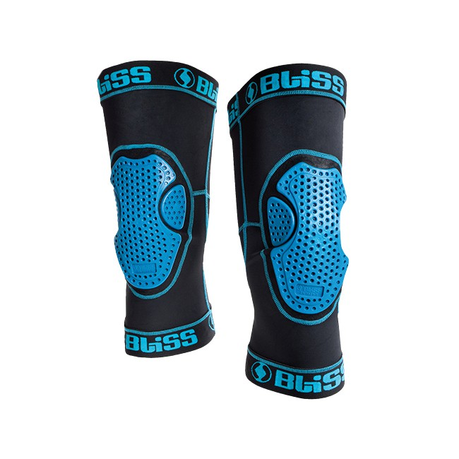 Disse minimalistiske knæbeskyttere yder maksimal beskyttelse og åndbarhed, med et minimum af materiale. Den super slanke konstruktion og den specielle 3-styks geometri, giver dig en følelse at frihed når du suser af sted, og beskytter dine knæ mod frontale og sidelæns stød. Det ergonomiske snit og brug af elastisk materiale frem for velcro spænder, underbygger fornemmelsen af det minimalistiske design. ARG knæbeskyttelsen kan sagtens bæres under jeans.Flexible, super stødabsorberende knæbeskyttelse.Ergonomisk asymmetrisk snit for optimal pasform.Flatlock syninger.Elastiske åbninger med silicone holder beskyttelsen på plads.Tætsiddende paasformKomfortabelt Lycra materialeMest (net) materiale i knæhasen (bagpå), for optimal åndbarhed.Elastisk og komfortabel.Prisbelønnet i 2014 for design og innovation.CE EN-1621-1 Certificeret. 55% Nylon, 30% TPE, 10% Elastan, 5% PolyesterStørrelsen finder du på følgende måde:Stå med strakt ben, og mål rundt om knæet (omkreds) lige under knæskallen.S: 30