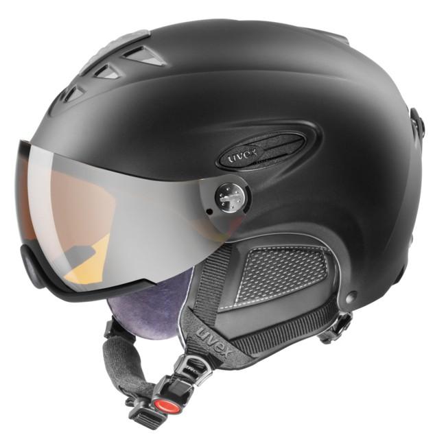 Den perfekte hovedbeskyttelse til alle, der bærer briller og dermed ofte har svært ved at finde skibriller der sidde godt og komfortabelt over brillerne. Perfekt styling og detaljer i høj kvalitet er kendetegnene ved Uvex hlmt 300 hjelmen. Visiret kan bevæges trinløst op og ned, for at opnå et perfekt udsyn.Det spejlcoatede gul/orange (Goldlight Mirror) farvede visir sikrer dig beskyttelse mod vind vejr, og forbedrer dit udsyn med en markant forbedret kontrast under alle lysforhold, og fjerner reflekser og genskin. Erstatter fuldt ud et par skigoggles under langt de fleste vejrforhold. Dette gennemtænkte koncept kombinerer to af de vigtigste beskyttelseselementer i kun ét produkt. En nyhed, der er ikke kun er fornuftig, men også nemmere at bruge.Specifikationer og features:Inmould Technology (Ekstrem stærk hjelmkonstruktion, med optimal ventilation)Monomatic Closure (Lukkemekaniske der kan betjenes og justeres med een hånd) IAS justering, der sikrer optimal pasform.Aftagelige øreklappe