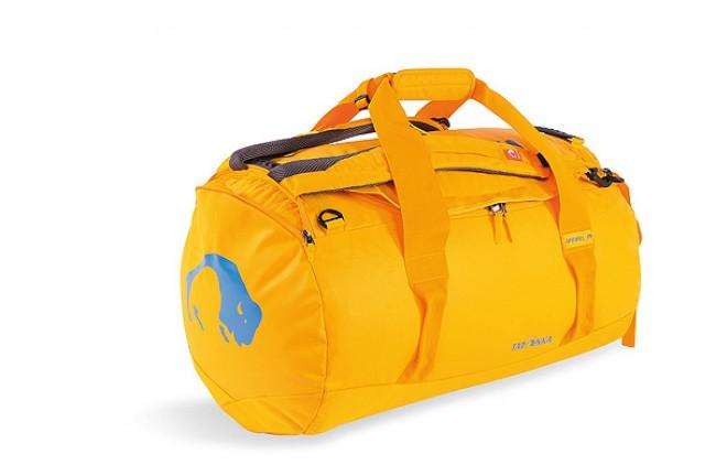 Extremt robust og sporty rejsetaske. Med et materialemix af Tarpaulin og Textreme, er Barrel M en af Tatonkas mest robuste rejsetasker. Denne model er foret for at yde god beskyttelse af indholdet, har en netlomme under åbningen, ekstra brede bære- og skulderremme. De to polstrede skulderstroppe kan gemmes af vejen i en lomme, eller anvendes til at bære tasken på ryggen som en rygsæk. Der er navneskilt på taskenMål: 38 x 38 x 61 cmRumindhold: 65 LVægt: 1,50 kgSystem: S-formede skulderremme Materiale: Tarpaulin 1000 Materiale i bund: Textreme 6.6