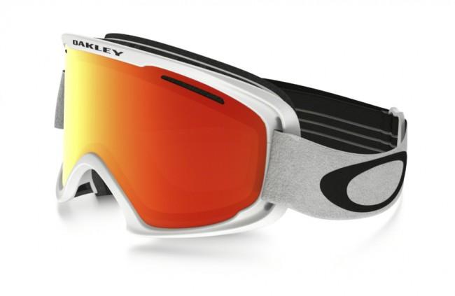 Lækker skigoggle fra Oakley, med høj grad af komfort, der gør skibrillen bekvem at bruge, selv på lange skidage. O2 XM modellen er først og fremmest beregnet til mellemstore ansigter. Selv om der er tale om en lidt mindre skibrille, har den fortsat et fantastisk synsfelt.Dobbeltventileret linse.Lækkert 3-lags fleece polstring.F2 anti-dug coatning.35 mm strop med silikone, får brillen til at sidde fast.Naturligvis hjelm kompatibel og 100 % UV-beskyttende.Med Fire Iridium linse.