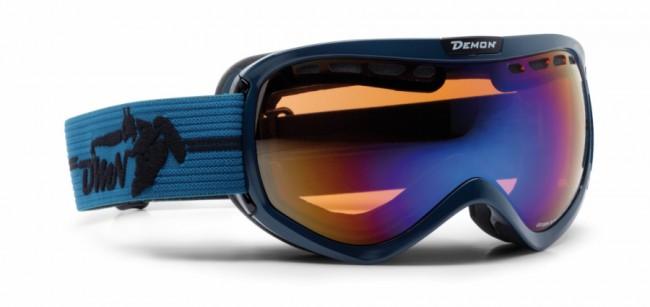 Bedst til mindre ansigter eller kvinder. Passer til brillestel på maks. 13,5 cm.Skigoggle i lækker kvalitet fra Demon Occhiali som leveres i flere frække farver og et aggressivt design.Linse med god ventilation og naturligvis antidugbehandling. God placering af remmen som sidder langt fremme på brillens ramme og gør brillen særdeles velegnet sammen med hjelm.Linse: Orange Blue Mirror. Fakta:100% UV-beskyttelse. Ventileret linse og ventileret ramme. Hjelmkompatibel. Anti-dug behandlet Dobbelt linse. Passer til brillebrugere.Lækkert italiensk designItalienske Demon er blandt vor mest populære mærker af skibriller og det er ikke uden grund. Brillerne er af særdeles høj kvalitet i forhold til prisen og i november 2012 var Demon også vinderen af 24 timers test af skibriller, med prædikatet