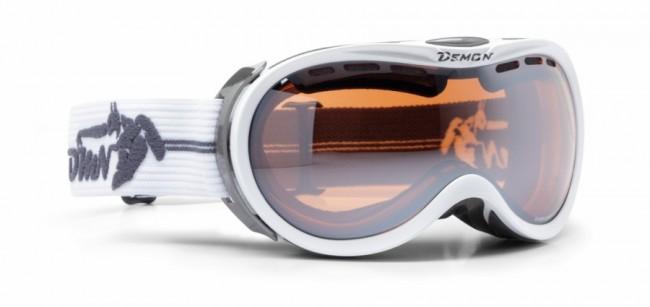 Skigoggle i lækker kvalitet fra Demon Occhiali som som er lidt mindre end de traditionelle goggles, og derfor velegnet til kvinder og mindre ansigter generelt, f.eks. teenagere.Linse med god ventilation og naturligvis antidugbehandling. God placering af remmen som sidder langt fremme på brillens ramme og gør brillen særdeles velegnet sammen med hjelm.Gogglen kommer med en Orange Silver Mirror linse (Kategori 2), som er en super allround-linse i alt fra snevejr til solskin.Specifikationer og features:100% UV-beskyttelse. Ventileret linse og ventileret ramme. Hjelmkompatibel. Anti-dug behandlet Dobbelt linse. Passer til brillebrugere.Lækkert italiensk designItalienske Demon er blandt vor mest populære mærker af skibriller og det er ikke uden grund. Brillerne er af særdeles høj kvalitet i forhold til prisen og i november 2012 var Demon også vinderen af 24 timers test af skibriller, med prædikatet