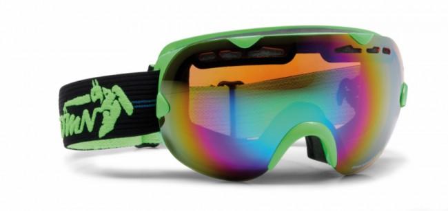 Skibriller med stort synsfelt i lækker kvalitet fra Demon Occhiali, som fås i flere farver.Linse med god ventilation og naturligvis antidugbehandling. God placering af remmen som sidder langt fremme på brillens ramme og gør brillen særdeles velegnet sammen med hjelm.Gogglen kommer med en Orange Green Mirror linse (Kategori 2), som er en super allround-linse i alt fra snevejr til solskin.Ramme: Bredde: 18 cm og højde: 9,3 cmFakta:100% UV-beskyttelse. Ventileret linse og ventileret ramme. Hjelmkompatibel. Anti-dug behandlet Sfærisk dobbelt linse. Lækkert italiensk designItalienske Demon er blandt vor mest populære mærker af skibriller og det er ikke uden grund. Brillerne er af særdeles høj kvalitet i forhold til prisen og i november 2012 var Demon også vinderen af 24 timers test af skibriller, med prædikatet