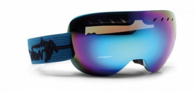 Skibriller med stort synsfelt i lækker kvalitet fra Demon Occhiali, som fås i flere farver.Linse med god ventilation og naturligvis antidugbehandling. God placering af remmen som sidder langt fremme på brillens ramme og gør brillen særdeles velegnet sammen med hjelm.Gogglen kommer med en Smoke Blue Revo Mirror linse (Kategori 3), som er en super linse i solskin og let overskyet vejr.Fakta:100% UV-beskyttelse. Ventileret linse og ventileret ramme. Hjelmkompatibel. Anti-dug behandlet Sfærisk dobbelt linse. Lækkert italiensk designItalienske Demon er blandt vor mest populære mærker af skibriller og det er ikke uden grund. Brillerne er af særdeles høj kvalitet i forhold til prisen og i november 2012 var Demon også vinderen af 24 timers test af skibriller, med prædikatet